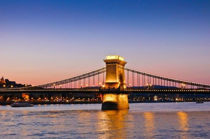 Kettenbrücke am Abend, Budapest, Ungarn