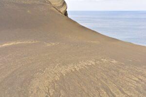 Wanderin in der unwirklichen Lavawüste des Capelinhos, Faial, Azoren, Portugal