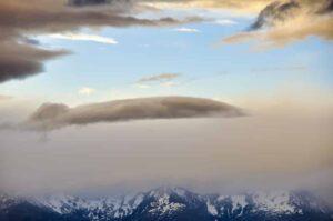 Lange Wolken und schneebedeckte Gipfel, Southern Alps, Neuseeland