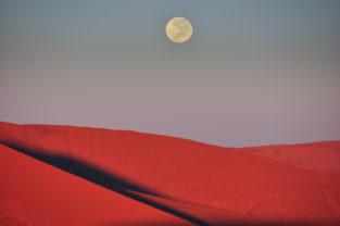 Mondaufgang im Sossusvlei, Namib-Naukluft-Nationalpark, Namibia