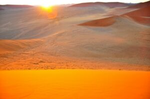 Glitzernde Sanddünen zum Sonnenaufgang, Sossusvlei, Namibia