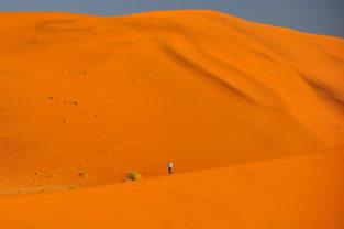 Wanderer in Sanddünen im Sossusvlei, Namibia