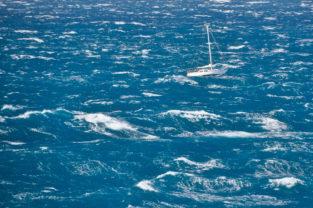 Segelschiff in der Cook Strait, Passage zwischen Pazifik und Tasman Sea, Neuseeland