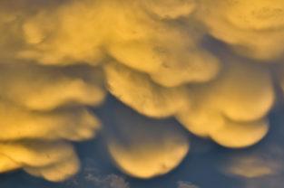 Mammatus-Formationen bilden sich aus einer Tornado-Zelle