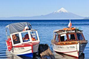 Boote mit Vulkan Osorno, Lago Llanquihue, Puerto Varas, Región de los Lagos, Chile
