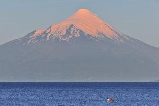Paddler vorm Vulkan Osorno, Lago Llanquihue, Puerto Varas, Región de los Lagos (Seengebiet), Chile