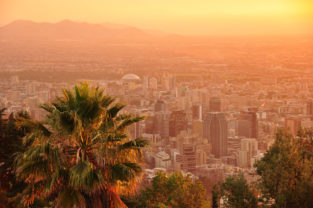 Skyline von Santiago de Chile vor Andenkulisse, Cerro San Cristobal, Región Metropolitana, Chile