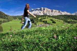Wanderin auf Alm, Dolomiten, Südtirol, Italien