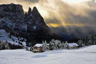 Winter auf der Seiser Alm mit Schlern, Südtirol, Dolomiten, Italien