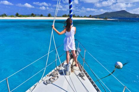 Frau auf Segelschiff vor Sandy Island, Grenadinen, Grenada, Kleine Antillen, Karibik