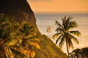 Segelschiff vor den Pitons, Soufriére, St. Lucia, Kleine Antillen, Karibik
