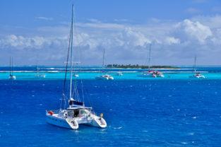 Segelschiffe am Horseshoe Reef in den Tobago Cays, Kleine Antillen, Karibik