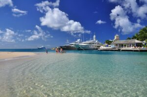 Luxusyachten am Strand, Platinum Coast, Barbados, Karibik