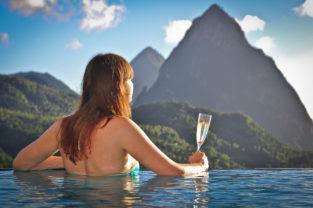 Poolblick auf die Vulkankegel Gros und Petit Piton, St. Lucia, Kleine Antillen, Karibik