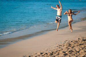 Paar am Strand von Port Elizabeth, Bequia, St.Vincent, Grenadinen, Karibik