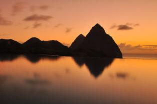 Infinity-Pool mit Piton-Blick, Saint Lucia, Karibik