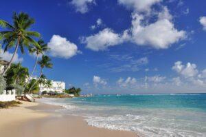 Villen und Palmen am Strand Sandy Beach, Barbados, Karibik