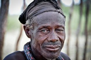 Portrait eines Himba-Manns, Namibia