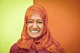 Frau im indonesischen Viertel Bo-Kaap, Kapstadt, Südafrika