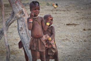 Kinder der Himba führen ein karges Leben, Namibia