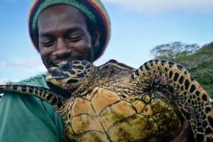 Naturschützer mit Karett-Schildkröte, Seychellen