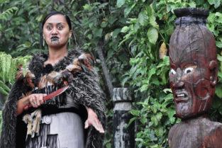 Maori-Frau mit Totem-Figur, Roturua, Neuseeland