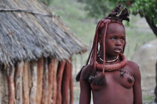 Verheiratete Himba-Frauen sind an ihrer Krone zu erkennen, Namibia