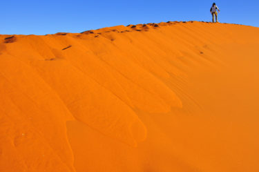 Frau auf Sanddünen im Sossusvlei, Namib-Naukluft-Nationalpark, Namibia