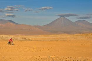 Mountainbiker vor dem Licancabur-Vulkan, Atacama-Wüste, Chile