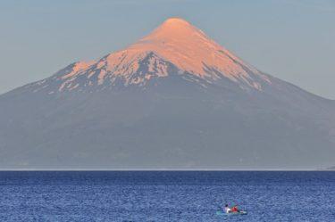 Paddeln vorm Vulkan Osorno (2.652 m), Lago Llanquihue, Puerto Varas, Región de los Lagos, Chile