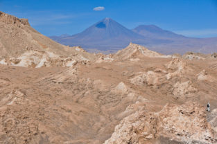 Trekking im Valle de la Luna mit Vulkan Licancabur, Atacama-Wüste, Chile
