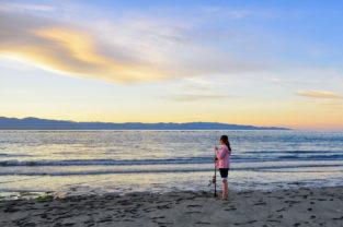 Mädchen mit Angel, Tasman Bay, Neuseeland