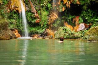 Schwimmen in der Caldeira Velha, Sao Miguel, Azoren, Portugal