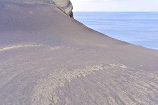 Wanderin in der Lavawüste des Capelinhos, Faial, Azoren, Portugal