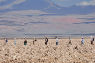 Hiking-Gruppe im Salar de Atacama, Chile
