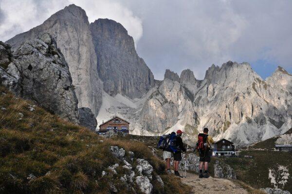 Wandergruppe in den Dolomiten, Südtirol, Italien
