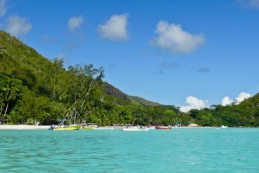 Boote am Strand von Anse Volbert, Praslin, Seychellen
