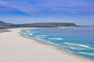 Weiter Sandstrand von Camps Bay, Kapstadt, Südafrika