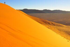 Mann auf Sanddüne im Sossusvlei, Namibia