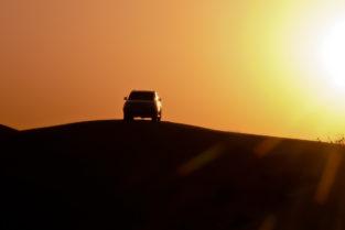 Jeep auf Sanddüne, Dubai, Vereinigte Arabische Emirate