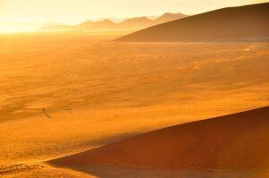 Blick zum Sonnenaufgang von einer Düne, Sossusvlei, Namib-Naukluft-Nationalpark, Namibia