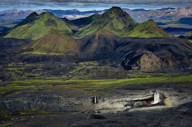 Island Luftaufnahme: Wasserfälle in Berglandschaft