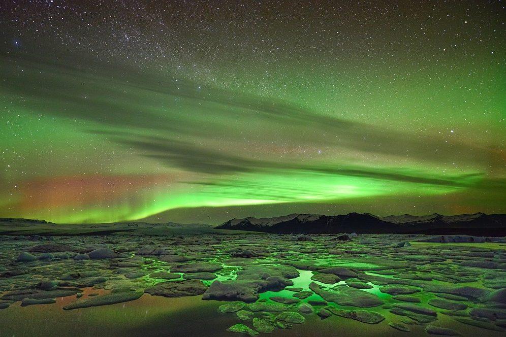 Polarlichter (Aurora Borealis) und Eis, Gletscherlagune Jökulsarlon, Island