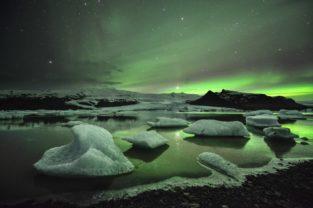 Eislagune Breidarlon unter Polarlichtern, Island