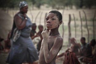 Junge im Himbadorf, Namibia