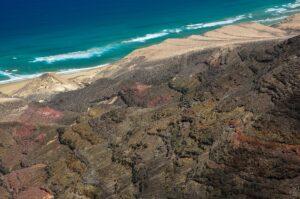 Barlovento-Strand und vulkanisches Küstengebirge vom Pico de Zarza, Fuerteventura