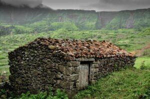 Steinhaus und Wasserfälle Poco da Alagoinha, Flores, Azoren, Portugal