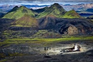 Island: Luftaufnahme von zwei Wasserfällen im Hochland, Fjallabak, Island