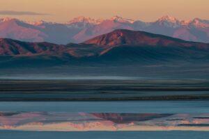 Spiegelung in Gebirgssee, Tien Shan, Kasachstan