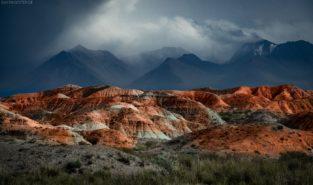 Kirgistan: Farbige Berge im Tien Shan Berge, Kirgisien